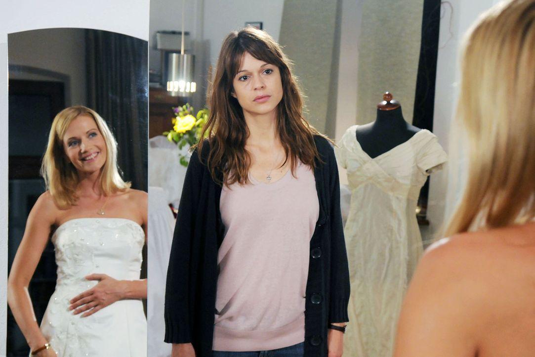 Karen (Suzan Anbeh, l.) hilft Marie (Doreen Jacobi, r.) bei den Hochzeitsvorbereitungen und versucht ihr Gewissen zu beruhigen. Sie muss ihr endlich... - Bildquelle: Aki Pfeiffer Sat.1