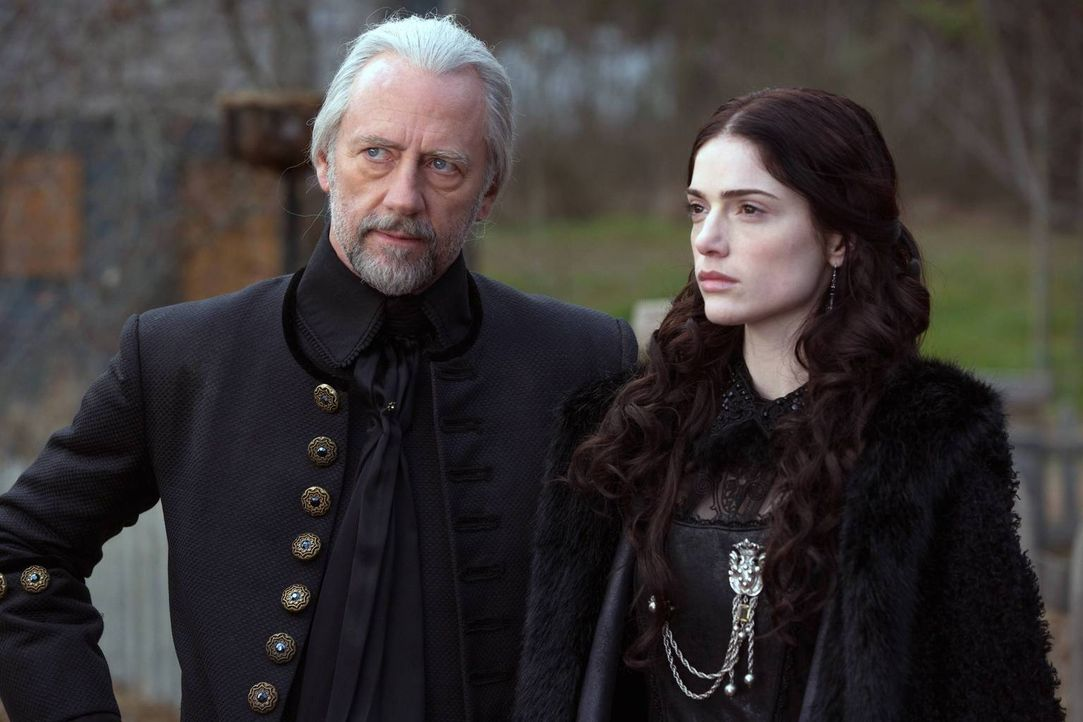 Mary (Janet Montgomery, r.) macht Richter Hale (Xander Berkeley, l.) klar, wer das Sagen in Salem hat ... - Bildquelle: 2013-2014 Fox and its related entities.  All rights reserved.