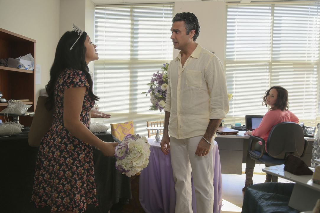 Dina (Judy Reyes, r.) und Jane (Gina Rodriguez, l.) sind irritiert, als Rogelio (Jaime Camil, r.) ihr Büro in ein Wedding-Center verwandelt ... - Bildquelle: Patrick Wymore 2016 The CW Network, LLC. All rights reserved.