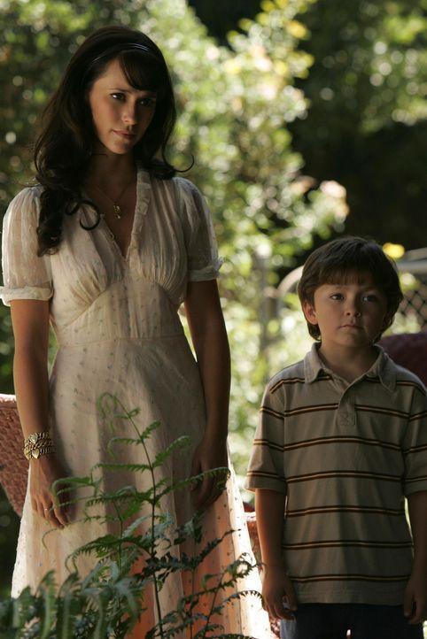 Der sechsjährige Kenny (Joseph Castanon, r.) wurde von einem Zug überrollt und weiß nicht, dass er tot ist. Verzweifelt wartet er darauf, dass seine... - Bildquelle: ABC Studios