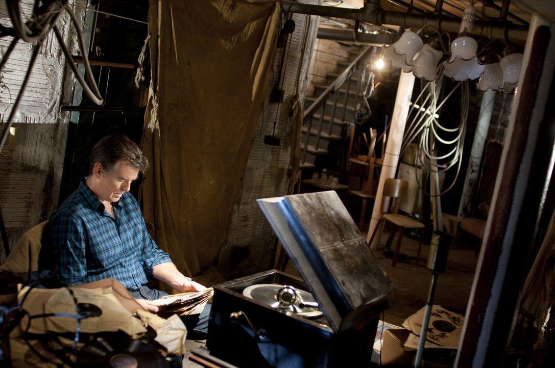 Als Mike Noonan (Pierce Brosnan) versucht, hinter das Geheimnis des Hauses und seiner Umgebung zu kommen, gerät er an einen schrecklichen Fluch, der... - Bildquelle: 2011 Sony Pictures Television Inc. All Rights Reserved.