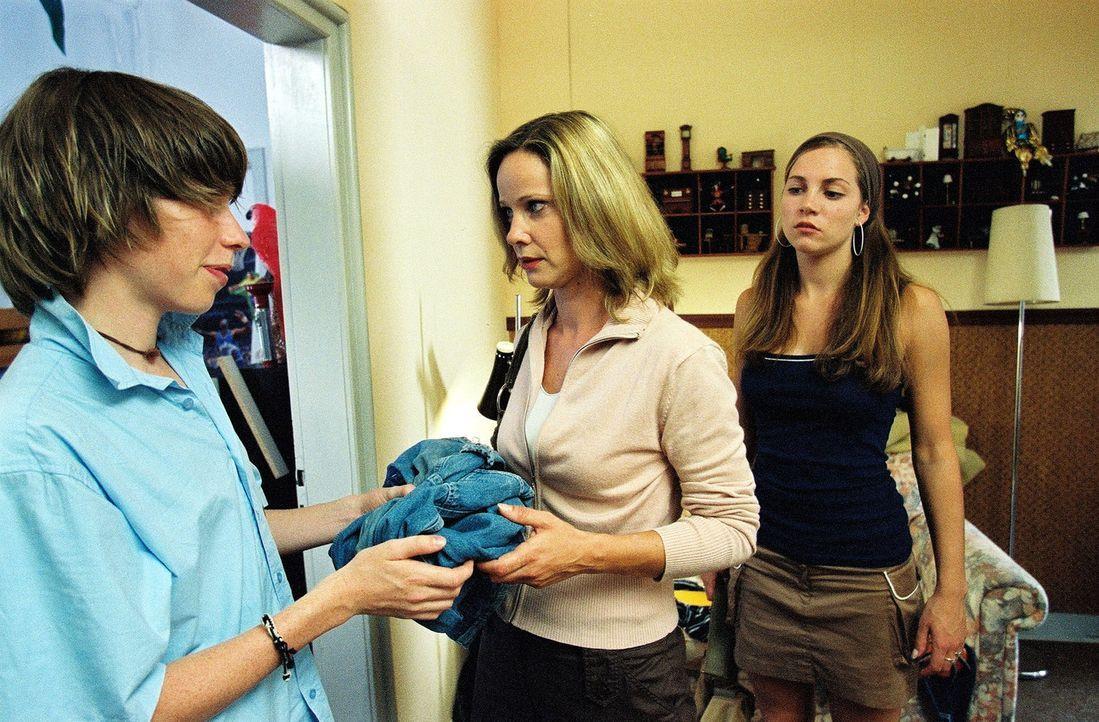 Maria (Ann-Kathrin Kramer, M.) ist gespannt, ob Katharinas Kinder Lydia (Jessica Richter, r.) und Alex (Jannis Meng, l.) bemerken, dass sie nicht ih... - Bildquelle: Sat.1
