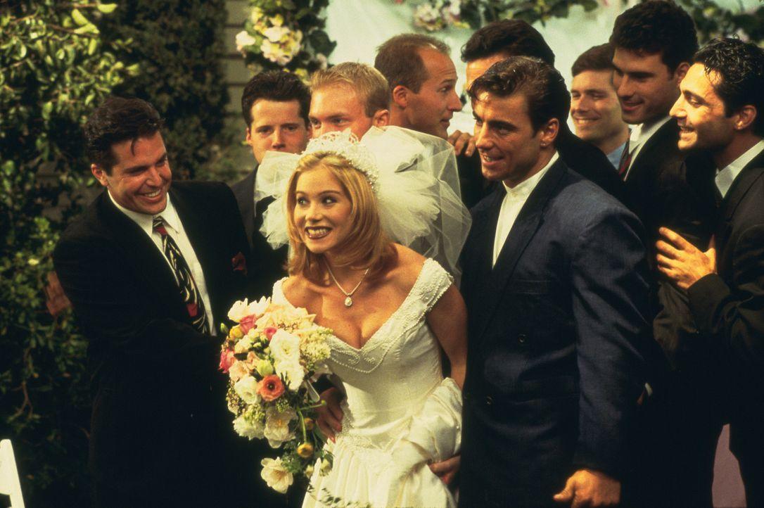 Kelly (Christina Applegate, M.) will einen reichen Unternehmerssohn heiraten. Doch lässt Vater Al Bundy die Hochzeit noch platzen? - Bildquelle: 1996, 1997 ELP Communications. All Rights Reserved.