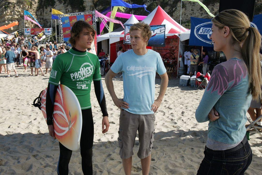 Chili (Johnny Lewis, M.) und Johnny (Ryan Donowho, l.) sehen die Sache mit dem College lockerer, sie selbst wollen nach der Schule erst einmal Urlau... - Bildquelle: Warner Bros. Television