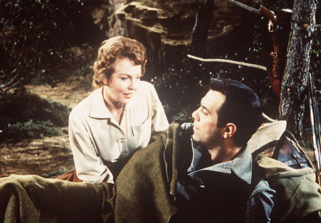 Weil sie ihren Mann für einen Feigling hält, fühlt sich Lady Beatrice (Hazel Court, l.) zu dem couragierten Adam Cartwright (Pernell Roberts, r.) hi... - Bildquelle: Paramount Pictures