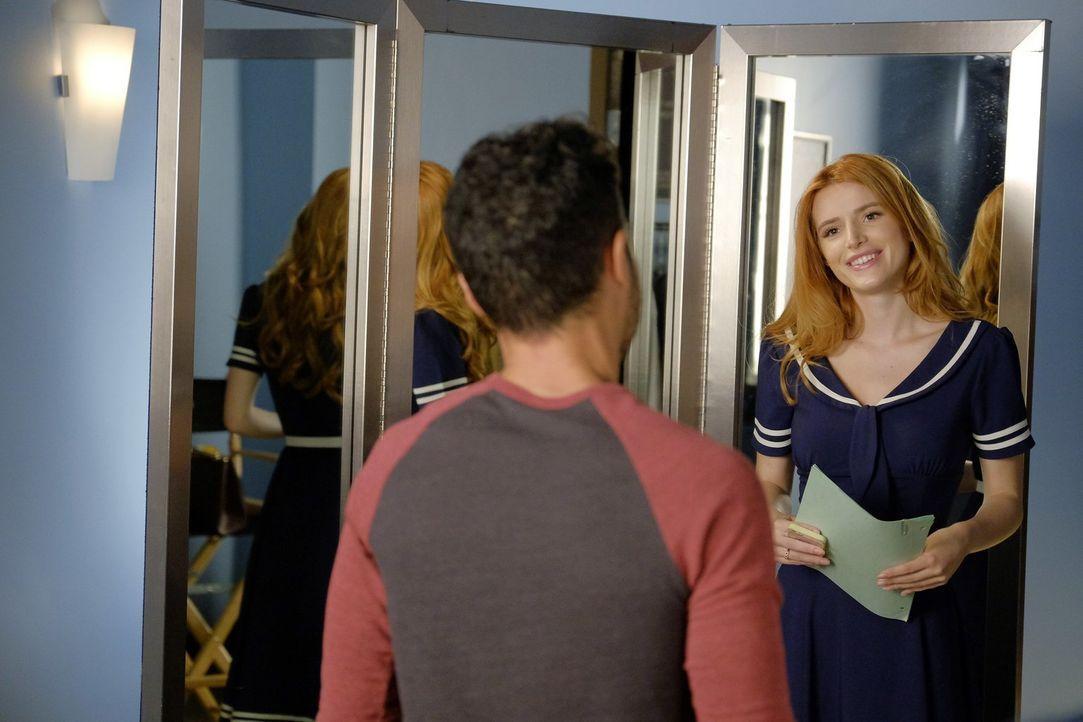 So schön das neue Leben als Schauspielerin auch ist, das Studentenleben vermisst Paige (Bella Thorne) doch. Gelingt es ihr beides zu balancieren? - Bildquelle: Warner Bros.