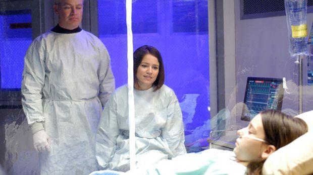 Connor (Neal McDonough, l.) und Eva (Anna Belknap, M.) sehen nach Carla (Blai...