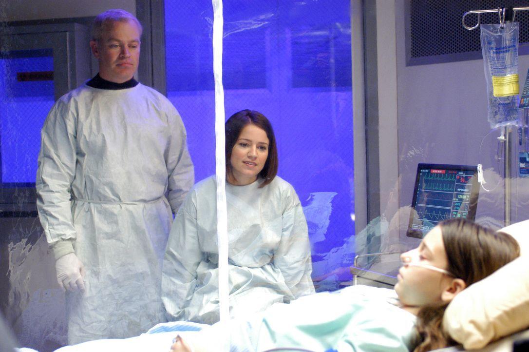 Connor (Neal McDonough, l.) und Eva (Anna Belknap, M.) sehen nach Carla (Blaire Restaneo, r.), die unter einer aplastischen Anämie, einen so genann... - Bildquelle: CBS Television