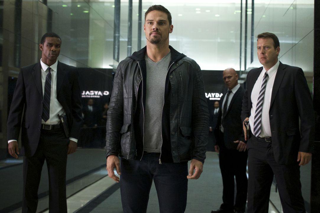 Um den Fängen des DHS zu entgehen, will sich Vincent (Jay Ryan, M.) in eine Privatarmee einschleusen. Doch werden sie ihm seine Geschichte abkaufen?... - Bildquelle: Michael Gibson 2016 The CW Network. All Rights Reserved.