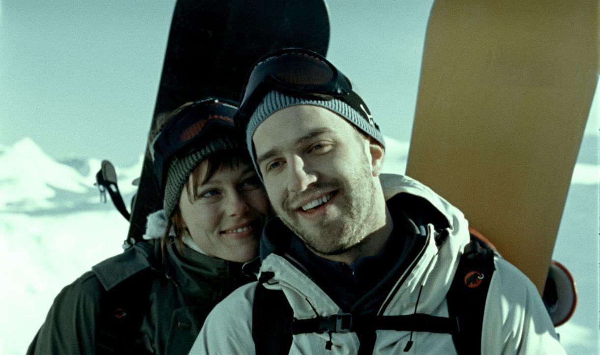 Ahnen nicht, welch Horror ihnen ihr Snowboardausflug noch bescheren wird: Ingunn (Ingrid Bolso Berdal, l.) und Eirik (Tomas Alf Larsen, r.). - Bildquelle: Telepool GmbH