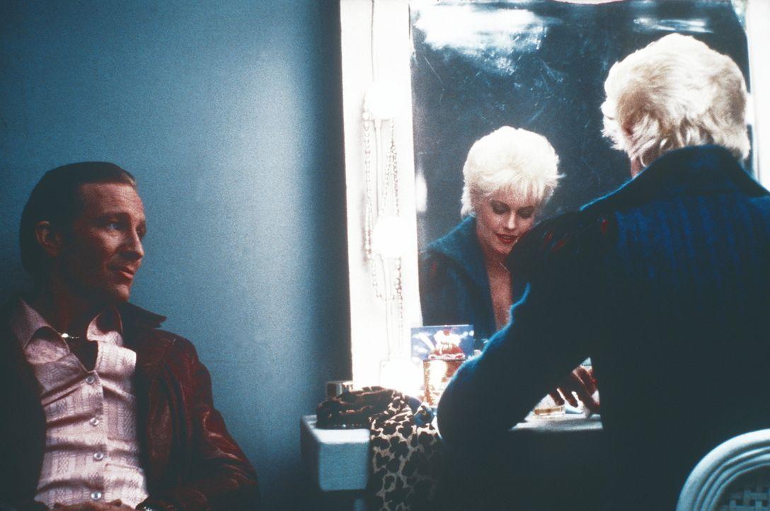 Noch ahnt Jake (Craig Wasson, l.) nicht, dass die Pornodarstellerin Holly (Melanie Griffith, r.) ganz gezielt eingesetzt wurde, um seine Aufmerksamk... - Bildquelle: Columbia Pictures