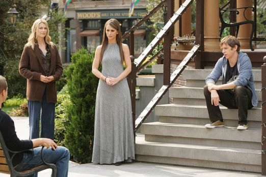 Ghost Whisperer - Melinda (Jennifer Love Hewitt, 2.v.r.) versucht zwischen de...