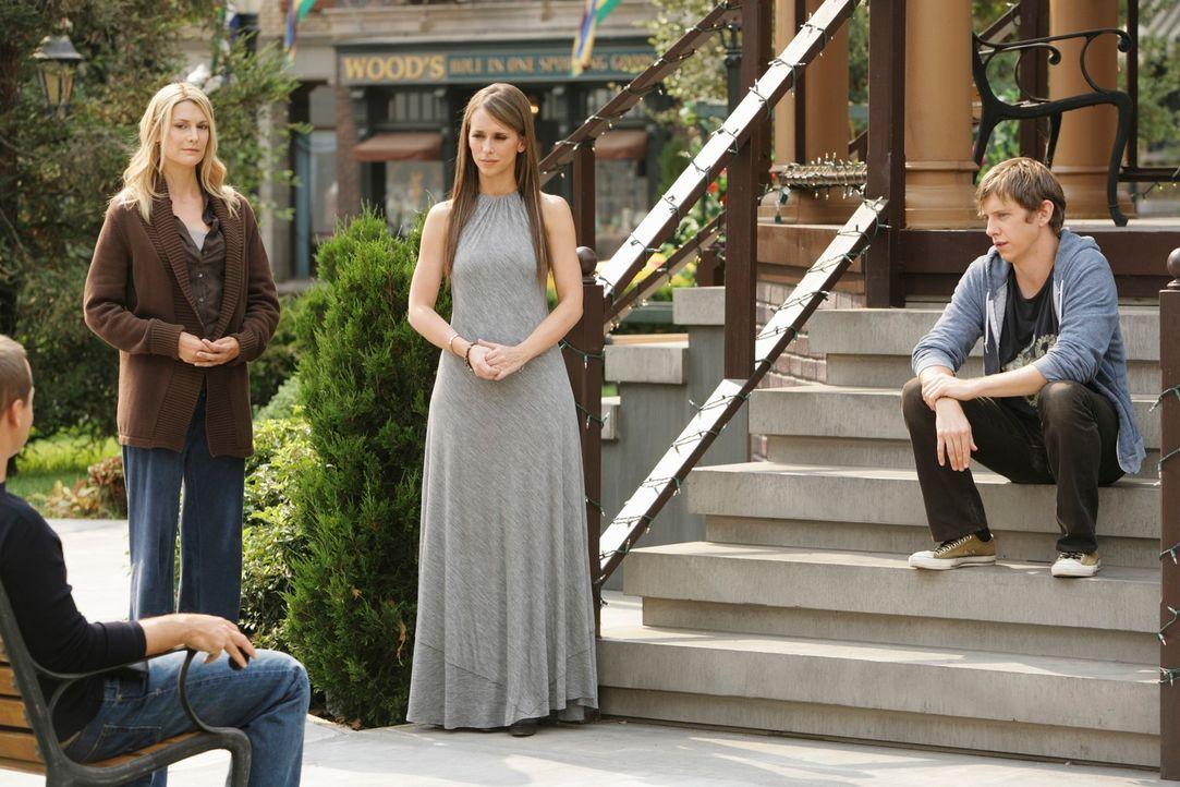 Melinda (Jennifer Love Hewitt, 2.v.r.) versucht zwischen dem Geist von Amy Warner (Thea Gill, 2.v.l.), Nathan (Chad Lowe, l.) und Garrett (Hank Harr... - Bildquelle: ABC Studios