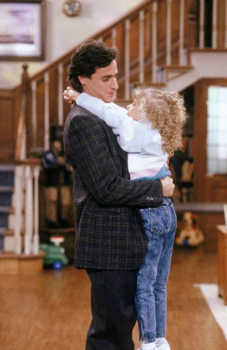 Stephanies (Jodie Sweetin, r.) Reaktion auf ein Erdbeben stellt Danny (Bob Saget, l.) vor große Herausforderungen ... - Bildquelle: Warner Brothers Inc.