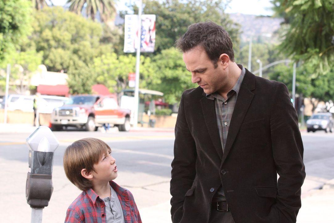 Während sich Cooper (Paul Adelstein, M.) und Mason (Griffin Gluck, l.) immer mehr zusammenraufen, stehen Addison und Jake vor einen schwierigen Ent... - Bildquelle: ABC Studios