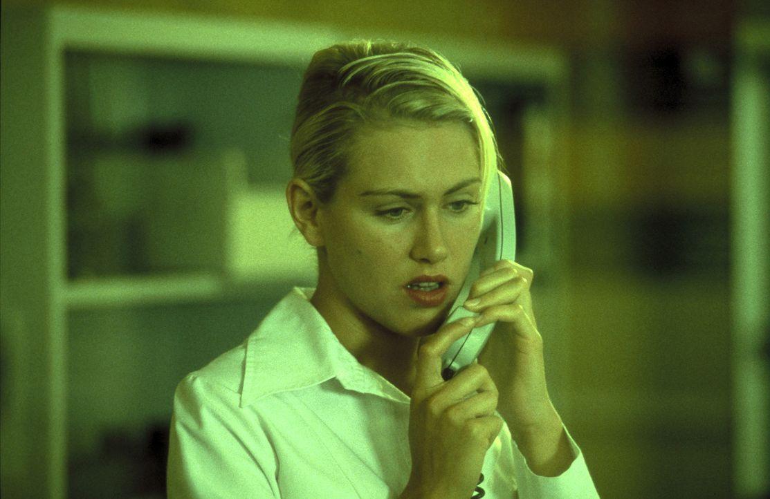 Conny (Gruschenka Stevens) jobt im Krankenhaus, doch das wahre Geld verdient sie in einer Telefonsex-Agentur ... - Bildquelle: ProSieben/Klausmann