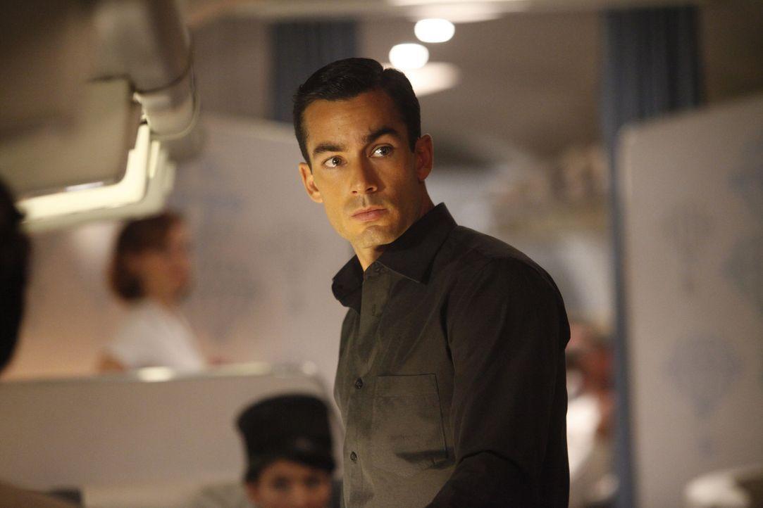 Sein Egoismus und seine Arroganz bringen die ganze Crew und alle Passagiere in Gefahr: Miguel (Aarón Díaz) ... - Bildquelle: 2011 Sony Pictures Television Inc.  All Rights Reserved.