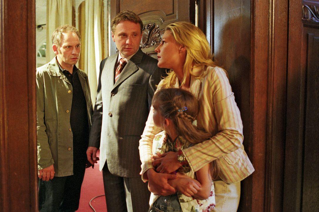 Sophies Tochter Anna (Sophie Karbjinski, r.) hat das Gespräch zwischen Anwalt Lehnhard (Bernhard Schir, 2.v.l.) und seinem Mandanten Peter Harrach (... - Bildquelle: Noreen Flynn Sat.1