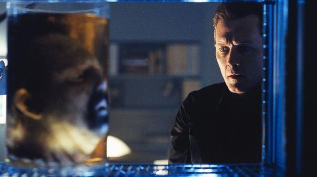 Als Doggett (Robert Patrick, r.) Dr. Parenti erneut aufsucht, findet er nur n...