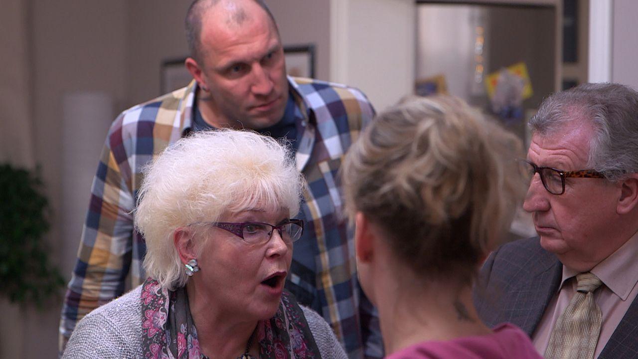 Marlies (l.) und Kurt (r.) sind ziemlich sauer, weil Christina (2.v.r.) und Michael (2.v.l.) Doro erlaubt haben, sich vor dem Familientreffen zu dr - Bildquelle: SAT. 1