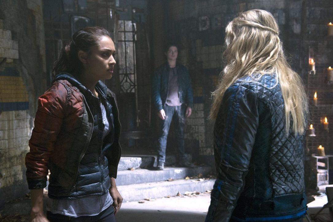 Raven (Lindsey Morgan, l.) und Clarke (Eliza Taylor, r.) vermissen Finn (Thomas McDonell, M.) - jeweils auf ihre ganz eigene Art und Weise ... - Bildquelle: 2014 Warner Brothers