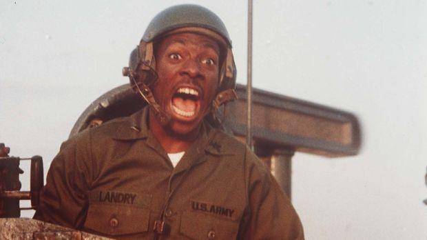 Als der Leutnant Landry (Eddie Murphy) das neue Bauteil in der Wüste Kuweits...
