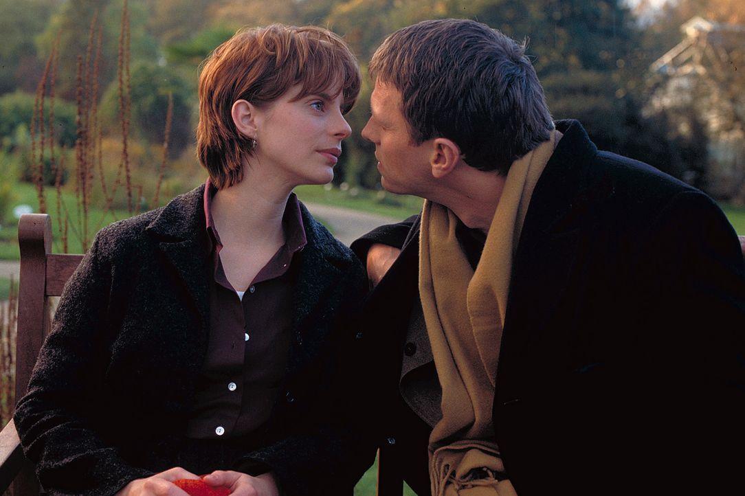 Mit Rübe (Dirk Heinrichs, r.) scheint Valerie (Julia Jäger, l.) ihrem erklärten Ziel, endlich in den Hafen der Eheglückseligkeit einzulaufen, bedeut... - Bildquelle: ProSieben