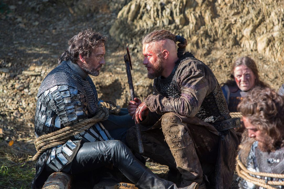 Als König Aelle versucht, Ragnar (Travis Fimmel, r.) reinzulegen, muss dies bitterlich dessen Bruder, Lord Aethelwulf (David Murray, l.), büßen ... - Bildquelle: 2013 TM TELEVISION PRODUCTIONS LIMITED/T5 VIKINGS PRODUCTIONS INC. ALL RIGHTS RESERVED.