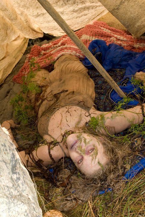 Als Peter in der Wildnis Leichen anderer Camper findet, versucht er sofort mit Carla abzureisen. Doch Mutter Natur hat ganz andere Pläne mit dem Pär... - Bildquelle: Arclight Films