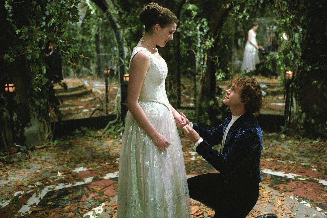 Prince Charmont (Hugh Dancy, r.) hält um Ellas (Anne Hathaway, l.) Hand an - wird sie seinen Antrag annehmen? - Bildquelle: Miramax Films. All rights reserved