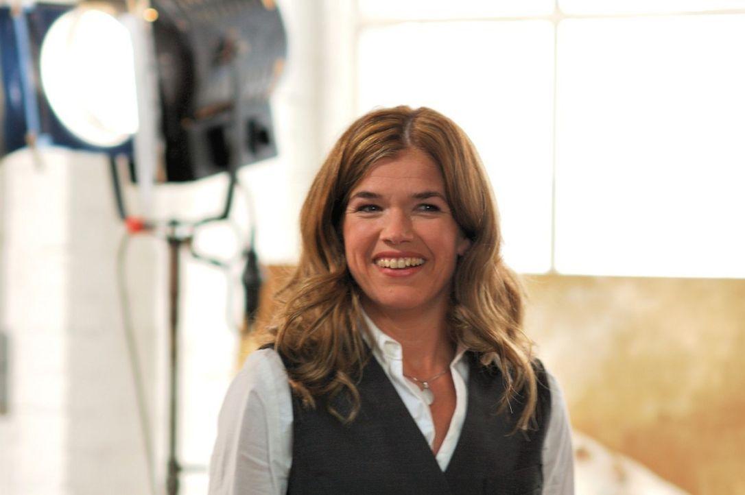 Anke Engelke als Hotelrezeptionistin Maren - Bildquelle: Martin Lässig Sat.1