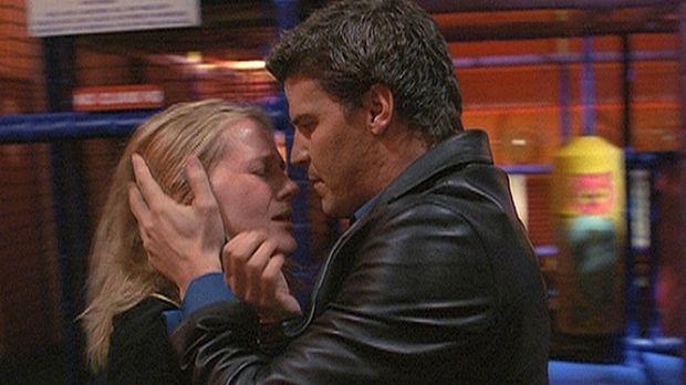 Angel (David Boreanaz, r.) spürt, dass Darlas (Julie Benz, l.) ungeborenes Ki...