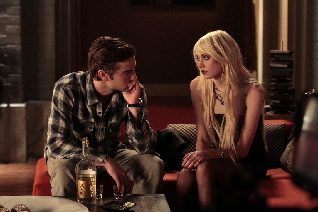 Jenny (Taylor Momsen, r.) hat bei Nate (Chace Crawford, l.) geschlafen, nicht mit ihm - aber das muss Serena ja nicht wissen ... - Bildquelle: Warner Brothers