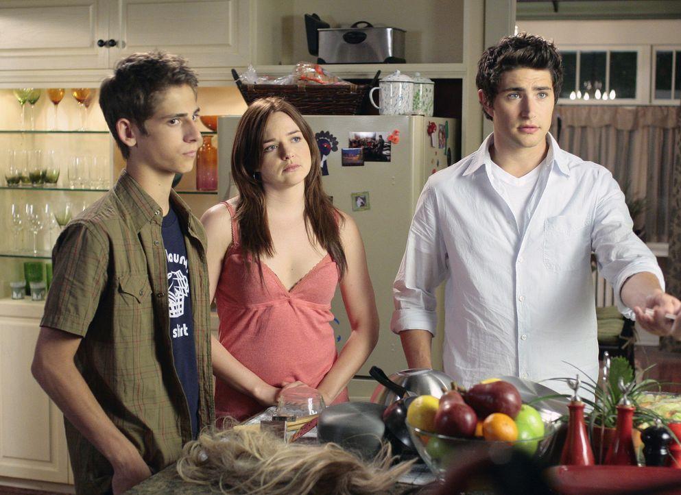 Sie fühlen sich ungerecht behandelt: Josh (Jean-Luc Bilodeau, l.), Lori (April Matson, M.) und Kyle (Matt Dallas, r.) bekommen Hausarrest erteilt ... - Bildquelle: TOUCHSTONE TELEVISION