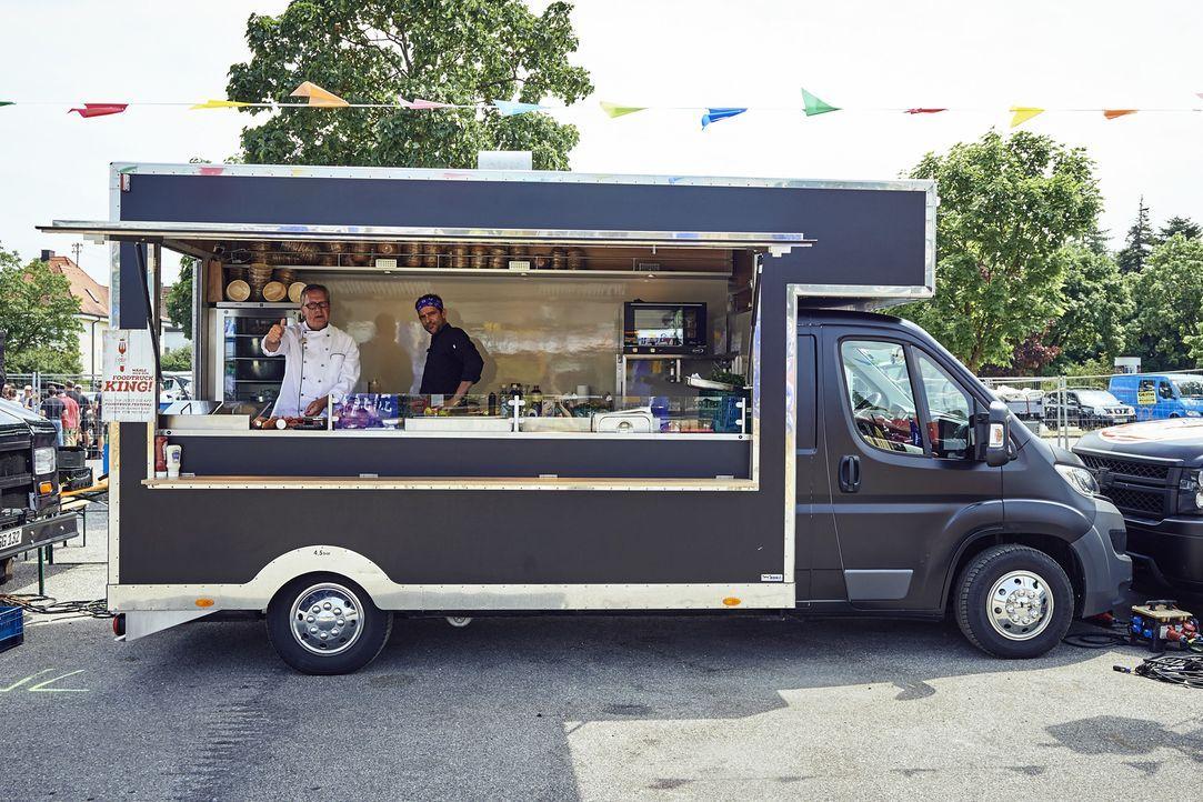 Dirk Hoffmann (l.) und Martin Baudrexel (r.) wollen die Foodtruck Festival Besucher mit ihrem Essen überzeugen, doch die Konkurrenz ist groß ... - Bildquelle: Marco Nagel kabel eins