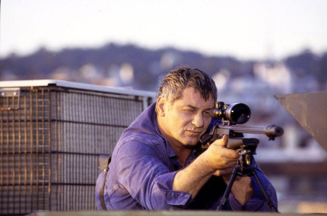 Alexander Yorck (Heinz Hoenig) führt ein Doppelleben. Sein Sohn Ben denkt, er sei Versicherungsvertreter, dabei ist er auch als Killer tätig. Sein a... - Bildquelle: Susanne Michl Sat.1