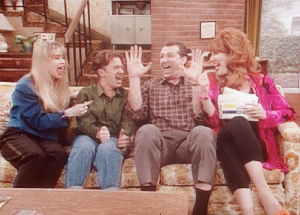 (v.l.n.r.) Kelly (Christina Applegate), Bud (David Faustino), Al (Ed O'Neill) und Peggy (Katey Sagal) sind begeistert: Sie sind nach England eingela... - Bildquelle: Columbia Pictures