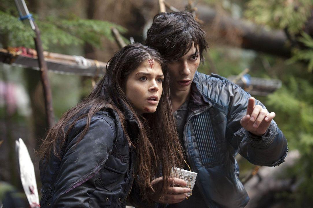 Dank Jasper (Devon Bostick, r.) kommt Octavia (Marie Avgeropoulos, l.) auf eine gefährliche Idee ... - Bildquelle: Warner Brothers