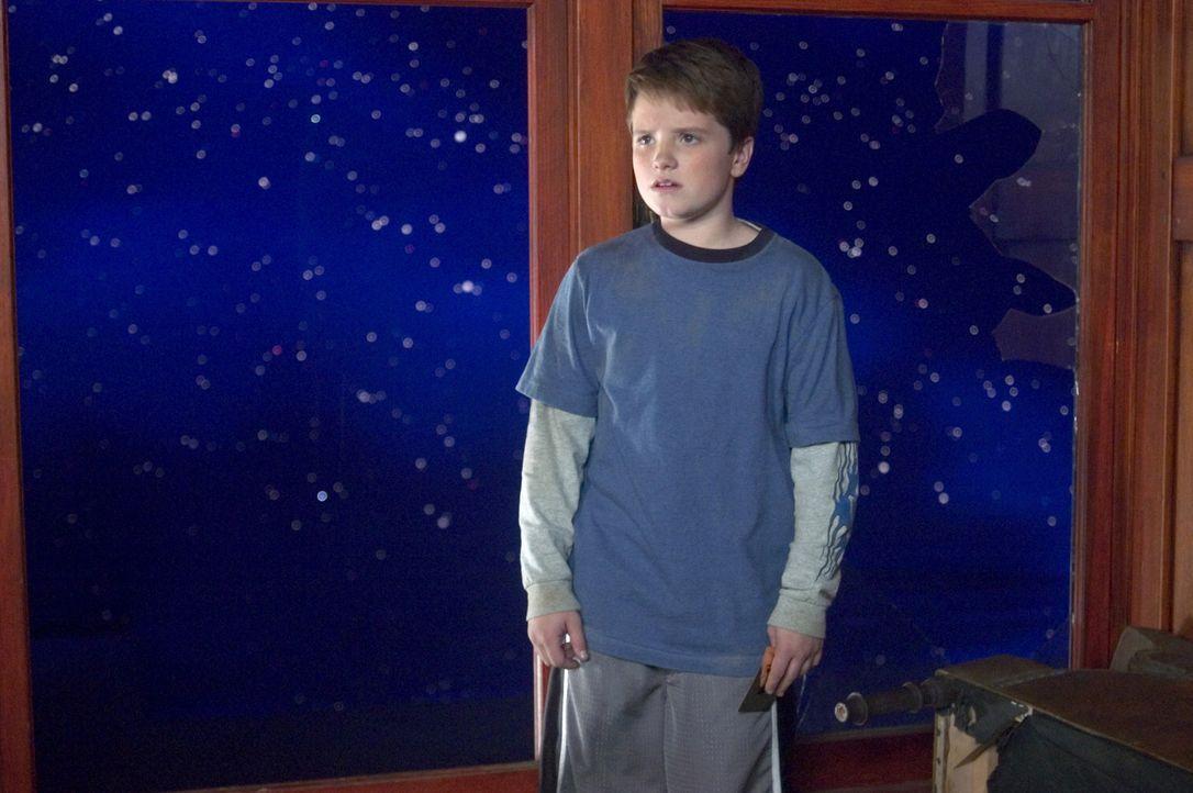 Meteoriten, Außerirdische und Roboter setzen dem beschaulichen Leben von Walter (Josh Hutcherson) und seinem Bruder ein jähes Ende ... - Bildquelle: Sony Pictures Television International. All Rights Reserved.