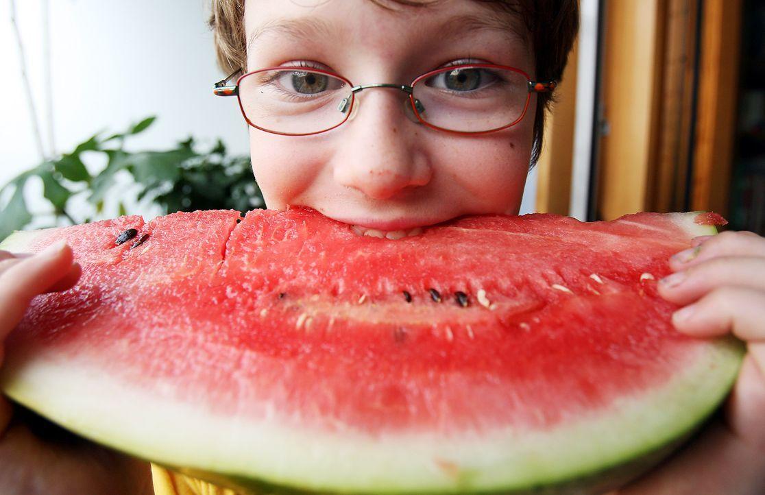 Kind beißt in eine Wassermelone - Bildquelle: dpa
