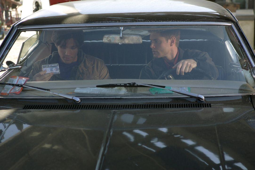 Nachdem ihr Vater auf mysteriöse Weise verschwunden ist, machen sich Dean (Jensen Ackles, r.) und Sam (Jared Padalecki, l.) Winchester auf die Suche... - Bildquelle: Warner Bros. Television