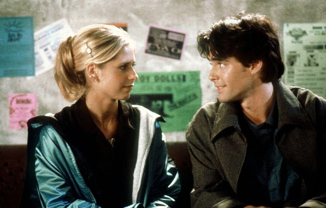 Buffy (Sarah Michelle Gellar, l.) fühlt sich zu Parker Abrams (Adam Kaufman, r.) hingezogen. - Bildquelle: TM +   2000 Twentieth Century Fox Film Corporation. All Rights Reserved.