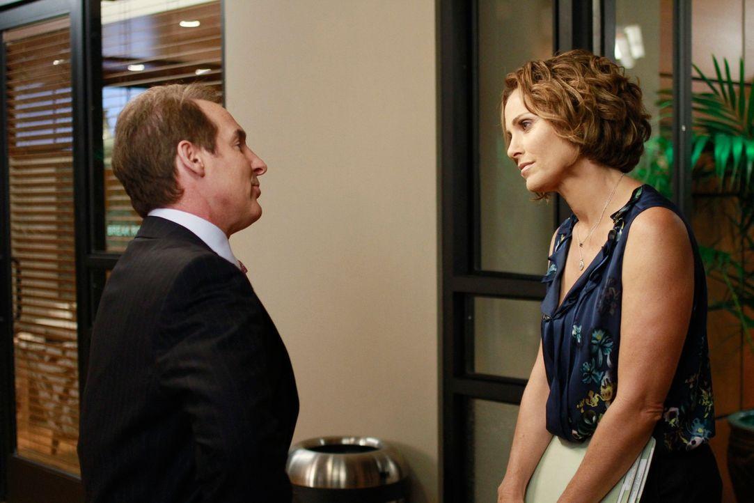 Geraten wegen einer Patientin aneinander: Sheldon (Brian Benben, l.) und Violet (Amy Brenneman, r.) ... - Bildquelle: ABC Studios