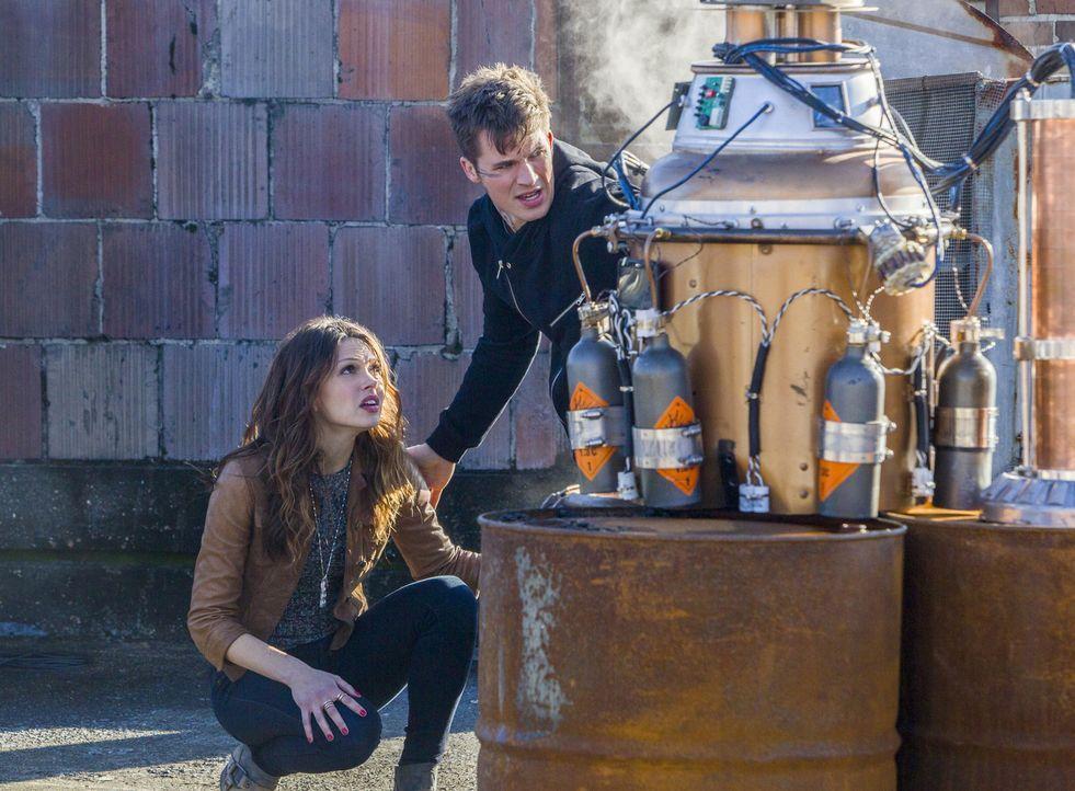 Nachdem Roman (Matt Lanter, r.) schwer verletzt und vergiftet wurde, bekommt Emery (Aimée Teegarden, l.) Hilfe von einem unerwarteten Verbündeten ..... - Bildquelle: 2014 The CW Network, LLC. All rights reserved.