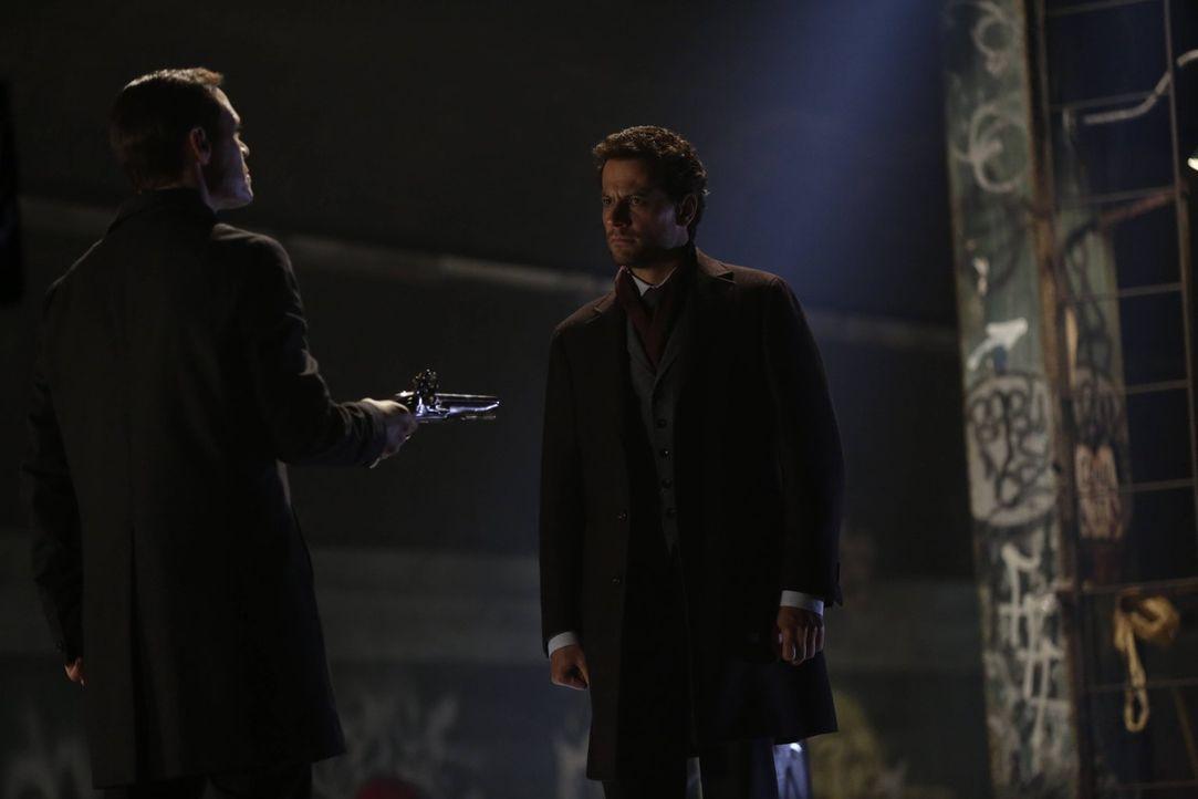Wer wird den finalen Showdown der zwei Unsterblichen gewinnen: Adam (Burn Gorman, l.) oder Henry (Ioan Gruffudd, r.)? - Bildquelle: Warner Bros. Television