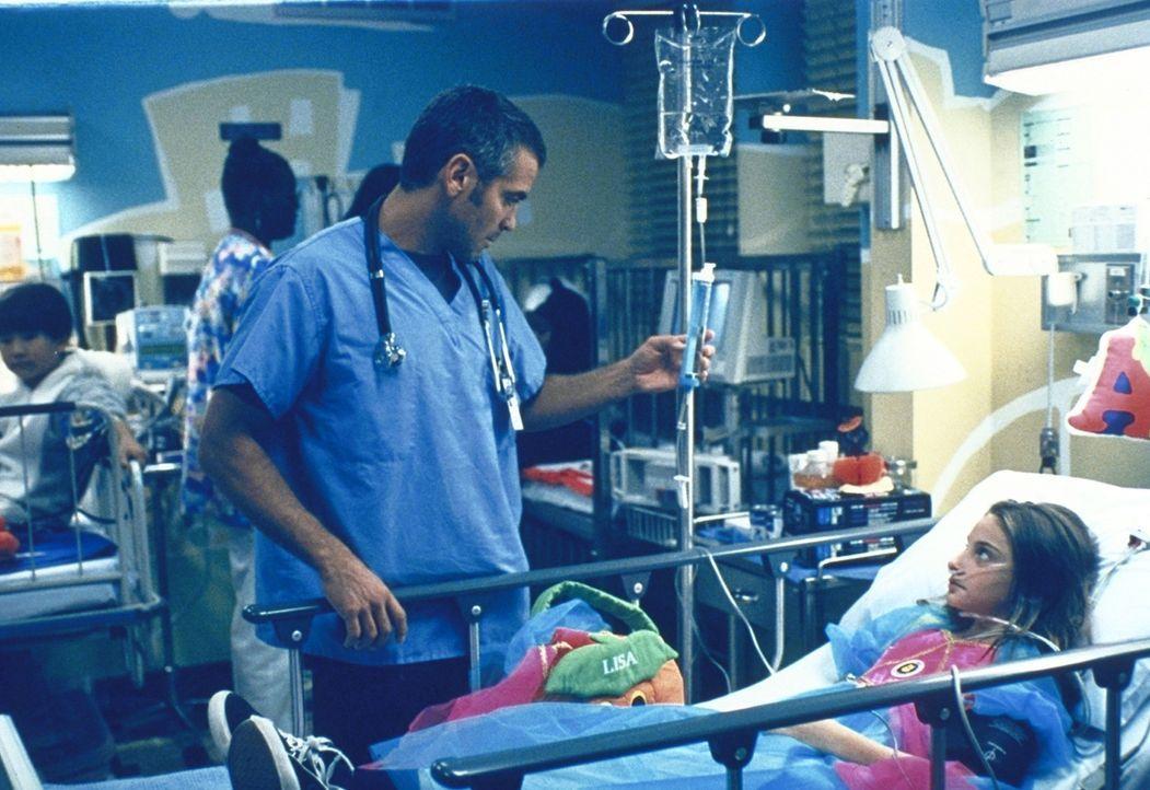 Ross (George Clooney) hat alle Hände voll zu tun. Seit er zum Oberarzt der Kindernotaufnahme berufen wurde, kommt er kaum noch zur Ruhe. - Bildquelle: TM+  2000 WARNER BROS.