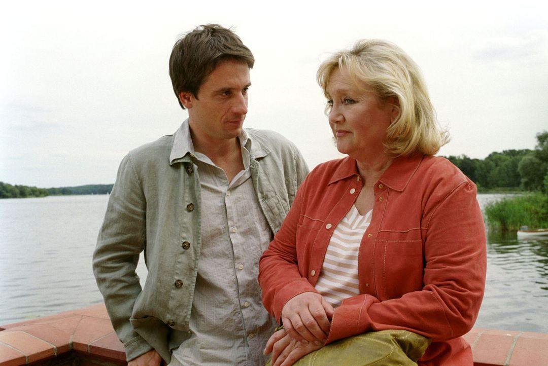Sophie hat keine Ahnung, dass sich ihre Mutter Gudrun (Doris Kunstmann, r.) mit Annas Vater Thomas (Oliver Mommsen, l.) zu einer Aussprache trifft.... - Bildquelle: Noreen Flynn Sat.1