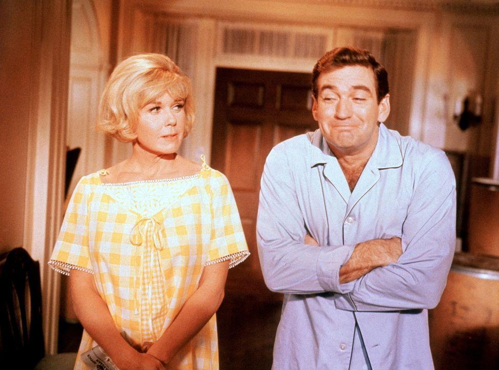 Machen sich ihr Leben durch gegenseitige Verdächtigungen schwer: Janet (Doris Day, l.) und Mike (Rod Taylor, r.) ...