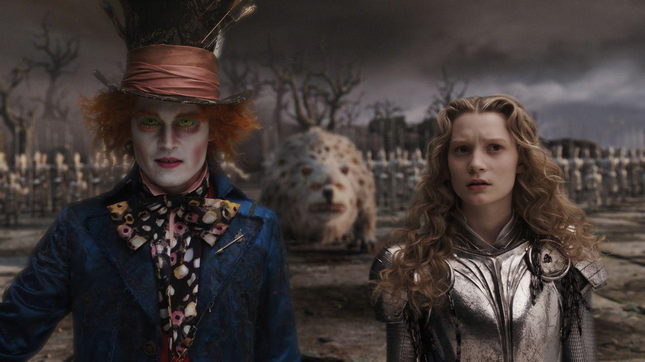 Der verrückte Hutmacher (Johnny Depp, l.) glaubt fest daran, dass Alice (Mia Wasikowska, r.) im Wunderland endlich wieder für Frieden sorgen kann... - Bildquelle: Leah Gallo Disney Enterprises, Inc. All rights reserved