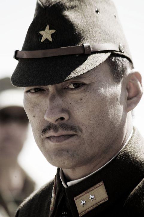 General Tadamichi Kuribayashi (Ken Watanabe) trifft auf Iwojima ein, wo er sofort mit der Inspektion der Verteidigungsanlagen beginnt ... - Bildquelle: Warner Bros.